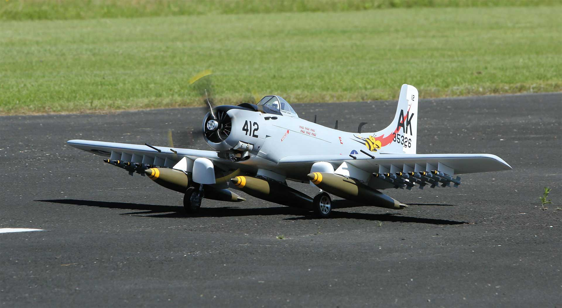 """SG-MODELS Skyraider 86"""" Grau/Weiss ohne Einziehfahrwerk"""